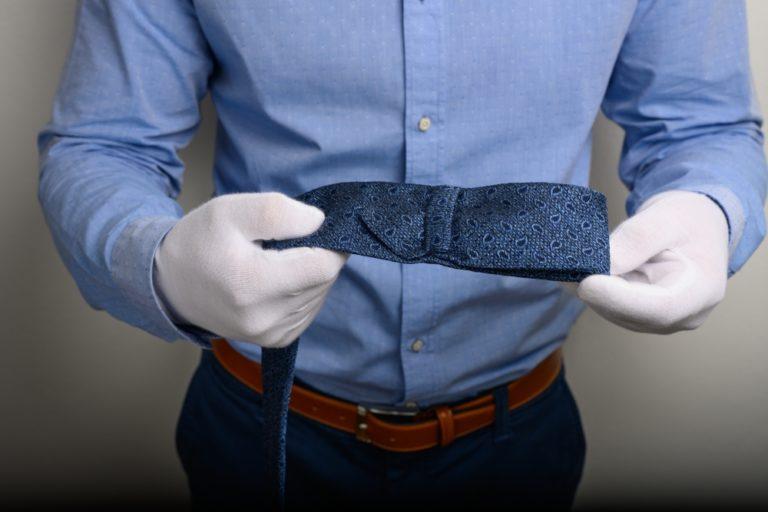 Krawatte durch hintere Schlaufe führen