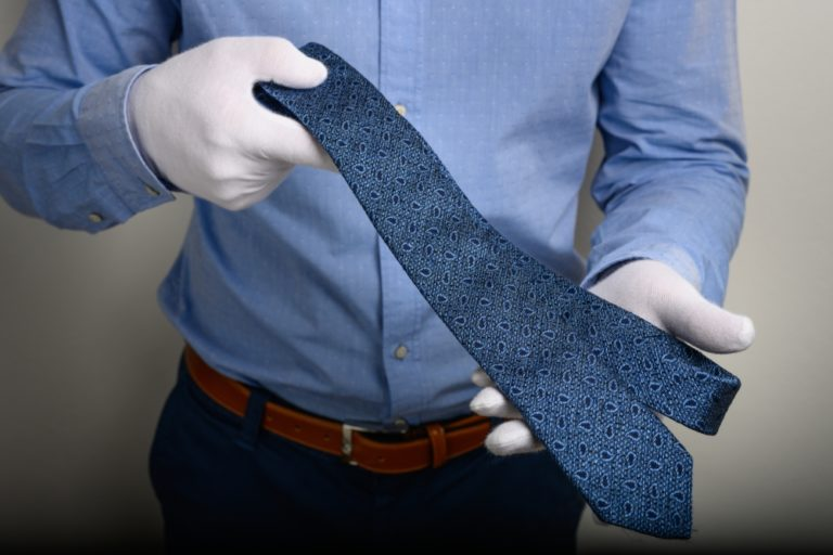 Krawatte längs auslegen