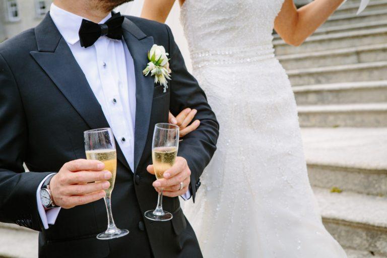 Mann trägt BlackTie zur Hochzeit